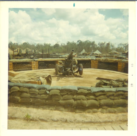 Gela_1969_-_105_mm_howitzer_and_parapit_fs